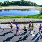 Marathon de la Loire - François Darden (casquette bleue) revient à Saumur par la rive gauche